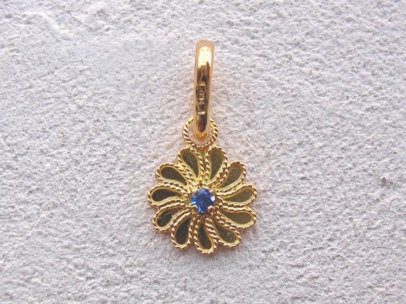 ART 115 - Ciondolo d'oro in filigrana con pietra