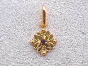 ART 117 - Ciondolo d'oro in filigrana con pietra