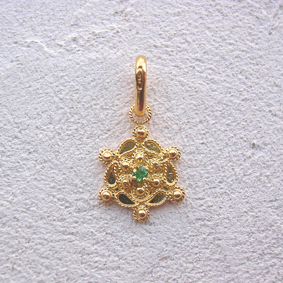 ART 119 - Ciondolo d'oro in filigrana con pietra