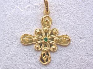 ART 121 - Ciondolo d'oro in filigrana con pietra
