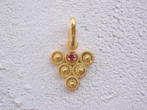 ART 122 - Ciondolo d'oro in filigrana con pietra